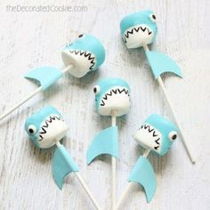 Shark marshmallow pops for shark week, a fun summer food idea. shark marshmallow pops More Shark marshmallow pops for shark week, a fun summer food idea. Cute Marshmallows, Marshmallow Pops, Shark Snacks, Kid Snacks, Shark Cupcakes, Shark Cookies, Shark Cake Pops, Shark Party, Partys