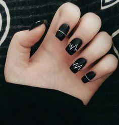 We Heart It yoluyla görsel #am #arcticmonkeys #bands #black #fashion #grunge #nailpolish #nails