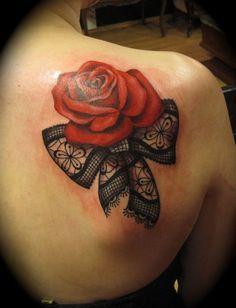 schleife und eine große rote rose idee für einen roten tattoo auf der schulter einer frau