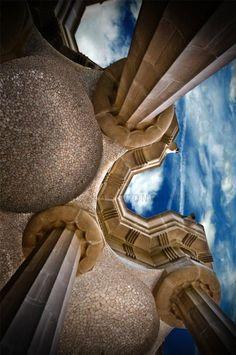 Park Guell. Antoni Gaudi. Barcelona, Spain. 1900-14  //  De foto is van beneden af gemaakt, zo zie je de lucht en de pilaren op je af komen