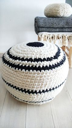 Crochet pouf thick wool  Natural undyed and por lacasadecoto