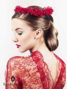 Tocado Rose. Corona de flores de raso rojo y encaje Chantilly. A la venta  en Atelier Ernesto Terrón y en su tienda online www.ernestoterron.es ea1a22d6f7e