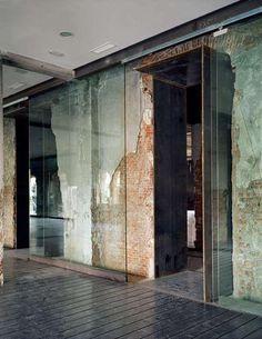 Parede de vidro incolor para criar divisórias de ambientes.