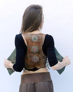 This genuine leather vest is great. It has all the back TROQUELADA HAND DOING PRETTY THREE MANDALAS. I love mandalas, create me feel great ... and