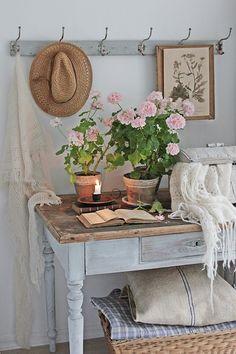 Useful Tips For Summer Home Decoration Shabby Chic Antiques, Shabby Chic Homes, Shabby Chic Style, Cottage Living, Cottage Chic, Cottage Style, Country Decor, Farmhouse Decor, Vibeke Design