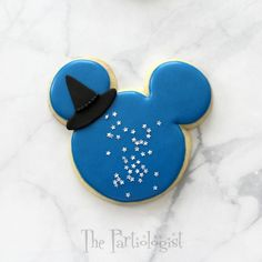 Do you love Disney and Halloween? See Mickey and Minnie all dressed up on decorated sugar cookies. You'll find Frankenstein, a spider web, cauldron, witch, mummy and many many more. Halloween Sweets, Halloween Party Themes, Halloween Cookies, Disney Halloween, Halloween 2020, Fall Cookies, Christmas Cookies, Royal Icing Cookies, Sugar Cookies