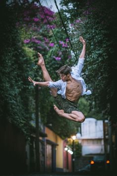 Gorgeous Portraits of Ballet Dancers Gracefully Moving through the Streets of Mexico City - My Modern Met