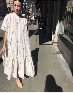 This season's plain white dress is voluminous and feminine as . You will be head-over-heels once you get a look at how fashion houses and street Look Fashion, Fashion Outfits, Fashion Design, Casual Dress Outfits, 70s Fashion, Asian Fashion, Dress Fashion, Fashion Online, Plain White Dress