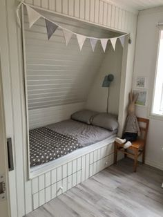 se tipsar om hur du kan inreda i lantlig stil. Alcove Bed, Bed Nook, Attic Rooms, Bunk Rooms, Girls Bedroom, Bedroom Decor, Built In Bed, Upstairs Bedroom, Attic Renovation