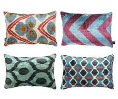 Superblij met de prachtige Ikatkussens die we hebben ingekocht in Parijs. Gemaakt van zijden velours en handgeweven in Uzbekistan.  Om alle dessins te zien, klik hier: http://www.bedazzle.nl/living/kussens