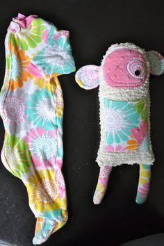 Ecco un'altra simpatica idea per riciclare un vecchio pigiamino o una tutina da neonato che non utilizzi più. Ritagliandolo e cucendolo sopra un peluche per decorarlo e renderlo ancora più simpatico. L'autrice di questa foto ha creato una scimmietta colorata utilizzando dei ritagli di tessuto per realizzare le orecchie, una taschina frontale e due zampette. …