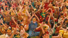 Varios niños jainistas rezan en Ahmedabad, India, 22 de julio de 2012.