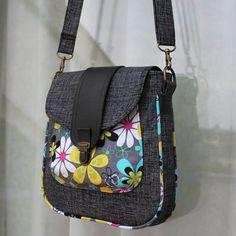 "Mogan EA a Mogan ""Buttons and Blooms"" Patchwork Bags, Quilted Bag, Diy Sac, Denim Handbags, Diy Bags Purses, Yarn Bag, Handmade Purses, Linen Bag, Bag Patterns To Sew"
