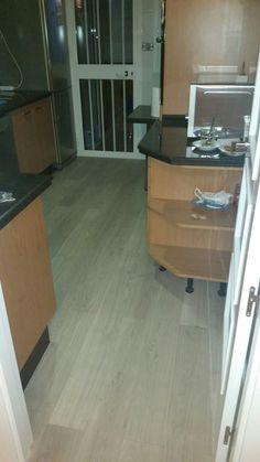 eligna um roble barnizado gris claro instalado en cocina
