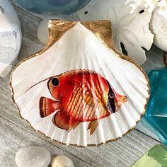 Seashell Painting, Skull Painting, Seashell Art, Seashell Crafts, Beach Crafts, Liquid Gold Leaf, Fish Home, Pearl Paint, Painted Shells