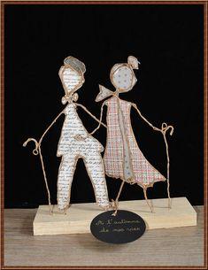 Ils sont à lautomne de leur vie mais partagent encore leur bonheur à deux ! Cette figurine en ficelle et papier saura les émouvoir et peut être un cadeau original et personnel à offrir à des parents ou grands-parents qui fêtent un anniversaire de mariage. Cette sculpture est