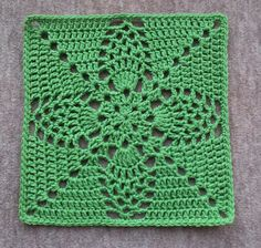"Pineapple Granny 12"" Pillow-ghan Square, free pattern by Priscilla Hewitt. Totally different looks can be achieved using different colors; check Ravelry Project Gallery. ༺✿ƬⱤღ http://www.pinterest.com/teretegui/✿༻"