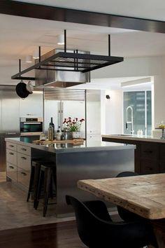 Una cosa que me gusto de esta cocina es la isleta que tiene dos bancos que se meten debajo y sirve de mesa comedor. asi como tambien lo de arriba que puedes colgar los sartenes, siempre he querido algo asi