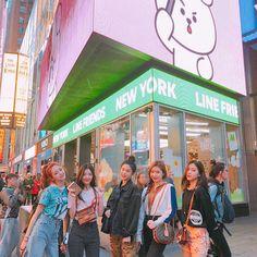 Itzy se reunio con line friend en time square Kpop Girl Groups, Korean Girl Groups, Kpop Girls, K Pop, Mode Rose, World 2020, Fandom, Line Friends, Kpop Fashion