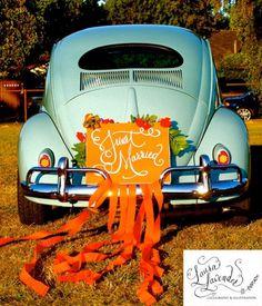 Décoration de voiture mariage avec des panneaux et des guirlandes