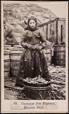 Ganepige fra Espevær, Bergens Stift  Beskrivelse / Description: Drakt fra Espevær (Bømlo, Hordaland).  Visittkort / Carte de visite. Dato / Date: ca. 1860-1870 Fotograf / Photographer: Marcus Selmer (1819-1900)