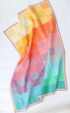 Drift Weg träumen von tunesischen Sonnenuntergänge unter diesem schönen Decke.   In lange Streifen von tunesischen Häkeln, die Schloss-as-you-Go sind, dies ist ein trügerisch einfach machen, die erfordert keine zusammennähen, und verwendet nur die einfache Masche und eine einfache Mischung 2-farbig-Technik, die Ihre Arbeit zum Leben erwecken wird.  Nach Abschluss Ihrer Streifen werden Sie dann Ihre atemberaubende Kreation mit einem regelmäßigen häkeln Rahmen in Leinen Masche ausklingen…