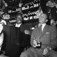 Frank Sinatra with Nat King Cole at the Villa Capri, Photographed by Bernie Abramson. Frank Sinatra after hours – in pictures Musician Photography, Modern Photography, People Photography, Vintage Photography, Black And White Photography, Animal Jam Memes, Bon Voyage Party, Morrison Hotel, Nat King
