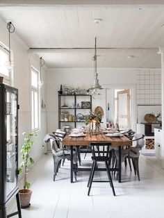 'Hygge' dining space in a charming family home in the Finnish countryside - Photo Carina Olander / styling Anna truelsen. Lantliv.