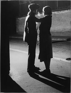 Brassaï, seudónimo de Gyula Halász (1899 - 1984), fue un fotógrafo húngaro conocido por sus trabajos sobre París, ciudad donde desarrolló su carrera.