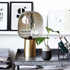 On craque pour cette lampe originale à poser au style rétro avec un pied cylindrique en laiton et un globe en verre fumé. http://www.decoration.com/lampe-a-poser-retro-en-laiton-et-verre-decoclico,fr,4,DECOC23744.cfm