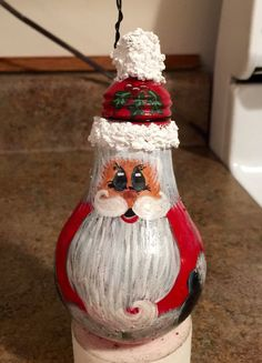 Hand painted lightbulb made into a Santa. Has been sealed with a protective coating. Mason Jar Christmas Crafts, Christmas Hacks, Christmas Projects, Holiday Crafts, Christmas Things, Country Christmas, Homemade Christmas, Christmas 2019, Merry Christmas