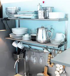 Настенные полки из нержавеющей стали с фарфоровой посудой и стаканами