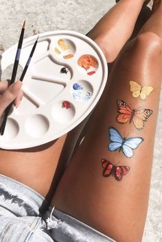 colorful butterfly art painting on legs mariposa monarch butterfly orange blue r. - colorful butterfly art painting on legs mariposa monarch butterfly orange blue red yellow paint art acrylic leg skin vsco girl inspiration summer palette Source by - Leg Painting, Yellow Painting, Painting Tools, Painting Tutorials, Red Aesthetic Grunge, Summer Aesthetic, Butterfly Painting, Butterfly Art, Painting Flowers