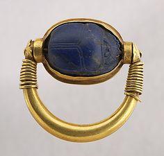 Bague à chaton pivotant : trois poissons or et lapis-lazuli L. : 2,88 cm. ; l. : 2,95 cm. egypt louvre