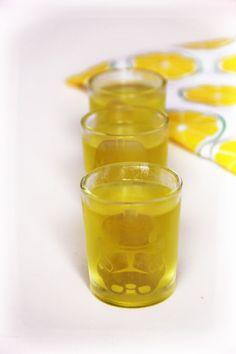 """Jello shots vodka citron - Des « shots » ou """"shooters"""" de toutes les couleurs et qui ne se renversent pas, qui dit mieux pour une soirée un peu mouvementée ? Vodka, tequila, gin… cette recette se décline facilement avec votre alcool préféré et le parfum de votre choix, c'est facile ! Ces Jello shot sont l'une façons des plus…"""