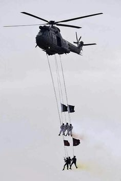 SSS commandos hang from a helicopter performing a fly-past during the Pakistan Day military parade. Soldier Drawing, Army Drawing, Army Poetry, Army Couple Pictures, Pakistan Wallpaper, Pak Army Quotes, Pak Army Soldiers, Pakistan Independence Day, Pakistan Zindabad