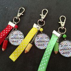 Porte clé Maitresse qui déchire avec ruban colorés + petit crayon : Porte clés par claironcreation