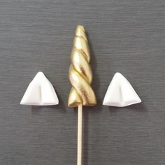 6 x Edible fondant Unicorn Horn Cupcake Toppers. Beautiful gold horn with a pair of ears. Approx.size of horn 4cm (excluding the stick).
