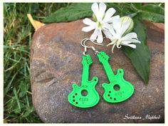 Boucles d'oreilles `Guitare. Musique. Rock-n-roll` ( bois, vert) : Boucles d'oreille par perles-et-couronnes