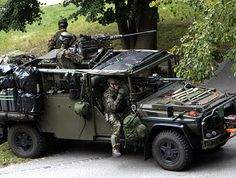 swiss military forces | Switzerland's elite force showed off their skills to the press in 2007 ...