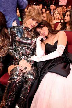 Taylor Swift and Camila Cabello at the American Music Awards 2018 Taylor Swift Fotos, Estilo Taylor Swift, Long Live Taylor Swift, Taylor Swift Pictures, Taylor Alison Swift, Taylor Swift Cute, American Music Awards, Divas, Hollywood