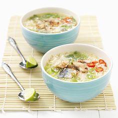Vietnamese rijstsoep met makreel en kruiden (cháo cá thu)
