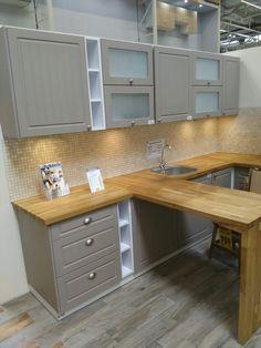 Kuchnia z casroramy  beżowa kuchnia/ mozaika na ścianie w kuchni