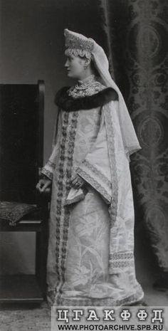 Одна из участниц костюмированного бала в костюме боярышни XVII века.