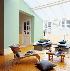 Des couleurs de peinture pastel et lumineuses pour une déco de salon zen. Couleurs peinture murs et boiseries : vert d'eau et crème. Photo Astral
