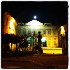 La luna al di là del comune: luna piena al Palazzo Calderara, sede del comune di Vanzago