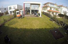 Dank unserer Experten wurde ein öder Garten zum modernen Wohlfühlparadies mit Luxuspool und Sonnenterrasse.