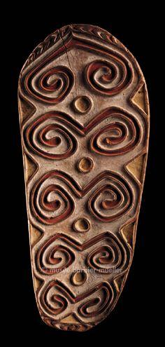 Bouclier, Mélanésie, aire Asmat, Indonésie. Ile de Nouvelle-Guinée, prov. de Papouasie. / Arts de Nouvelle-Guinée. / Musée Barbier-Mueller, genève.                                                                                                                                                                                 Plus