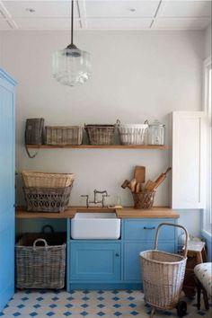 Buanderie rustique avec bac à laver et plan de travail en bois