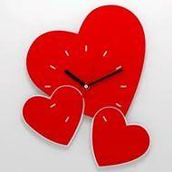 Настенные часы в форме сердца.